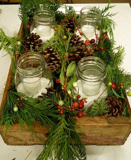 Una vecchia cassetta di legno fa da contenitore per barattoli in vetro e decorazioni naturali