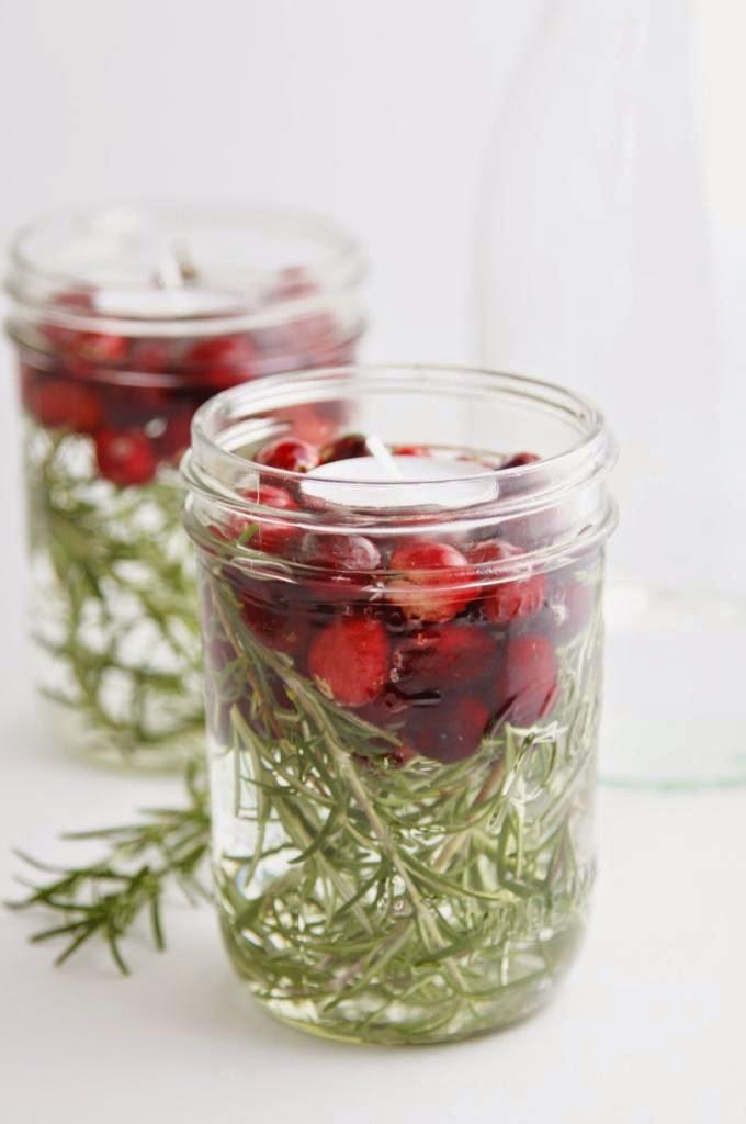 Il fai da te più semplice: un barattolo in vetro, acqua, candele, rametti e bacche rosse!
