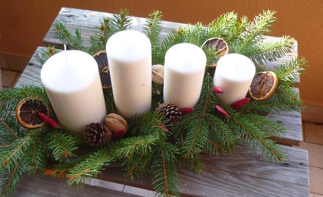 Centrotavola con pigne e candele jj56 regardsdefemmes - Centrotavola natalizi pinterest ...
