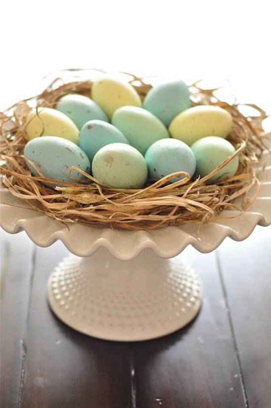 Una alzatina con uova rende una tavola in legno sciccosissima