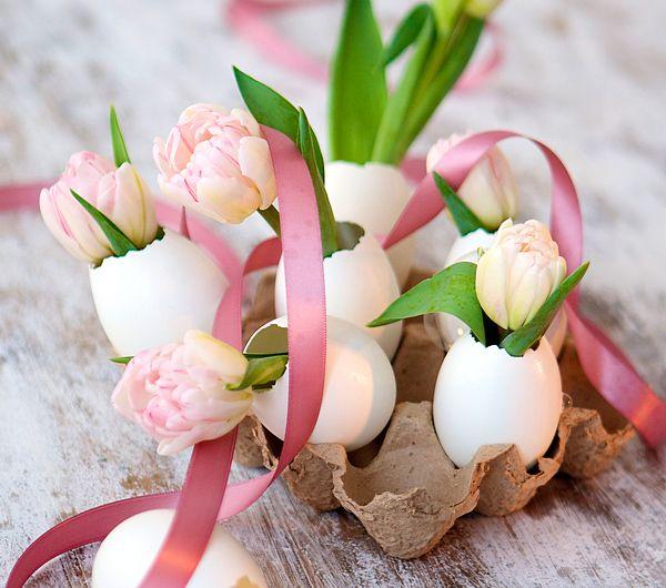 Nastri rosa e fiori freschi per un romantico centro tavola