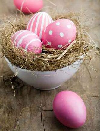Semplicissimo decorare le uova e con una ciotola creare un piccolo nido
